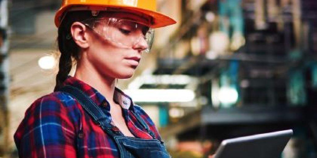 Travailleur de la construction en regardant une tablette